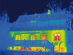 Die Thermografie macht sichtbar, was das Auge nicht sieht: Diese Aufnahme zeigt ein gedämmtes Dach und eine ungedämmte Außenwand. Hier entweicht kostbare Wärme.