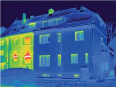 Die Thermografie macht sichtbar, was das Auge nicht sieht: Diese Aufnahme zeigt deutlich, eine gedämmte und eine ungedämmte Außenwand. Hier entweicht kostbare Wärme.
