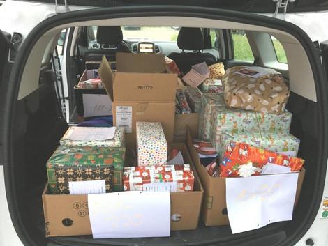 Kofferraum voller Geschenke zur Übergabe bereit