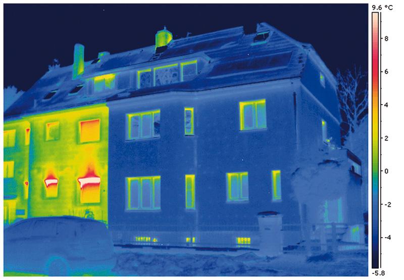 Die Thermografie macht sichtbar, was das Auge nicht sieht: Kostbare Wärme entweicht, wo sich gelbe und rote Stellen auf dem Bild befinden. Deutlich zu erkennen: Eine gedämmte und eine ungedämmte Außenwand.